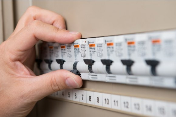 Électricien pour une remise aux normes d'un tableau électrique